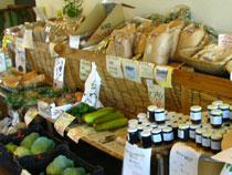 地元の新鮮な野菜、加工品コーナー